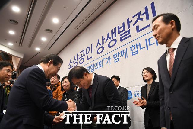 분쟁조정위원들에게 위촉장 전달하는 박원순 시장