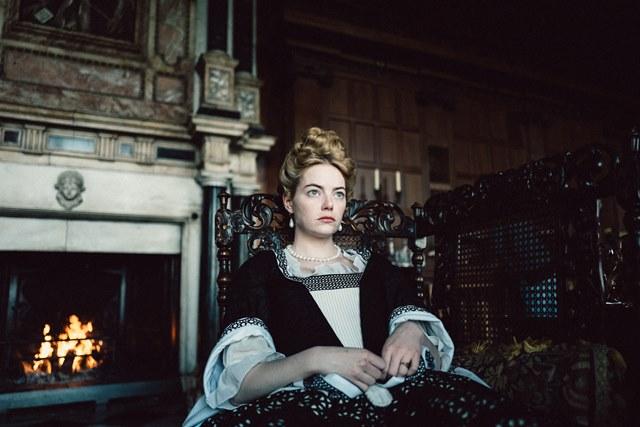 '더 페이버릿: 여왕의 여자'는 절대 권력을 지닌 여왕의 총애를 얻기 위해 수단과 방법을 가리지 않는 두 여자의 이야기를 그린 영화다.  /'더 페이버릿: 여왕의 여자' 스틸