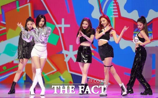 신인 걸그룹 ITZY가 12일 데뷔 쇼케이스를 가졌다. 데뷔 앨범은 ITz Different(있지 디퍼런트)이며 데뷔 곡은 달라달라다./뉴시스