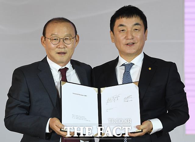 후원 계약서에 서명한 박 감독