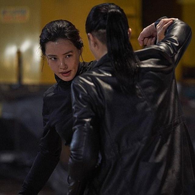 배우 이하늬와 장진희(뒷모습)가 영화 극한직업에서 액션 연기를 펼치고 있다. /극한직업 스틸