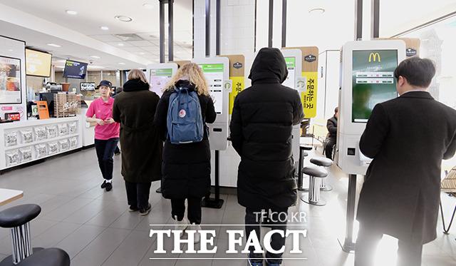패스트푸드점에 설치된 주문 키오스크, 대부분의 손님은 무인 계산대를 이용해 원하는 메뉴를 구입한다.