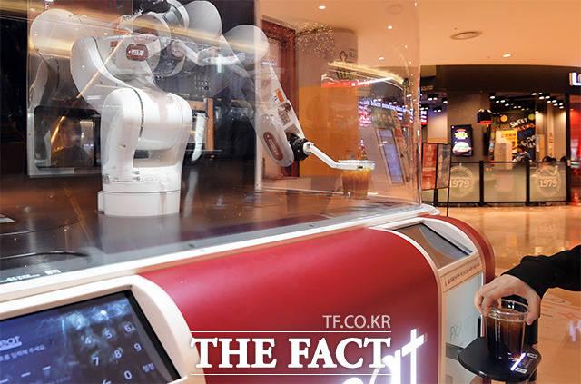 아이스 커피, 우유가 들어간 라떼, 초콜릿 음료 등 다양한 주문이 가능하다.