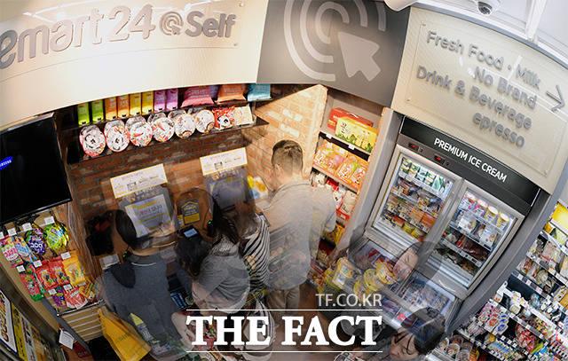 25일 오후 서울 중구 소공로에 위치한 무인 편의점에서 손님들이 셀프 계산대 키오스크를 이용해 구입한 물건을 결제하고 있다. 매장 내 상주하는 직원이 없으므로 사원증을 찍거나, 애플리케이션을 설치해야 출입이 가능하다. /이선화 기자