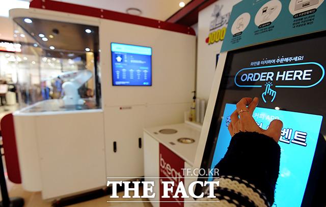 ORDER HERE 애플리케이션이나 키오스크를 통해 음료를 주문할 수 있다. 저렴한 가격이 특징이다.
