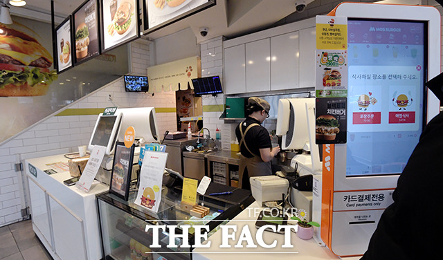 패스트푸드점 직원은 음식을 만들거나 청소하는 일을 중점으로 한다.