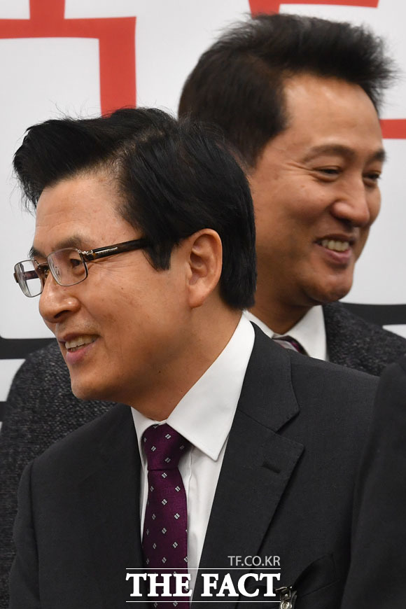 스쳐지나가는 황교안 전 총리와 오세훈 전 서울시장. /남윤호 기자