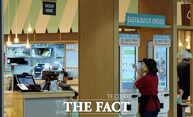 키오스크가 설치된 일부 음식점에선 유인 계산대에 직원이 없어 따로 불러야 했다.