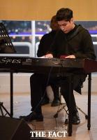 [TF포토] 크리스티안, '어서와~ 피아노 치는 모습은 처음이지?'