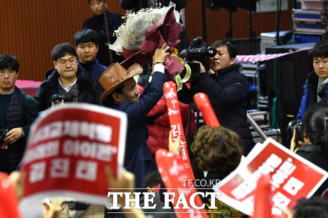 5·18 폄훼 논란의 당사자 김진태 한국당 당 대표 후보자가 14일 지지자들로부터 꽃다발을 받고 손을 들어 화답하고 있다. /남윤호 기자