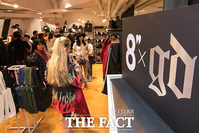 삼성물산 패션부문의 이서현 전 사장의 야심작 에잇세컨즈는 론칭 6년 동안 2000억 원대의 문턱을 넘지 못하며 고전하고 있다. 사진은 이서현 전 사장의 야심작인 에잇세컨즈 중국 매장이다. /더팩트 DB