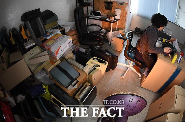 김 씨는 매일 오전부터 늦은 저녁까지 4평 남짓되는 작업실에서 타자기를 수리한다.