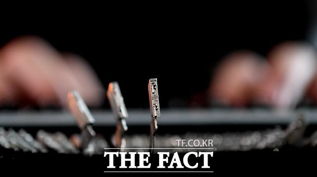 자음과 모음, 특수기호 등이 각인된 타자기의 활자는 자판을 누르면 위로 올라가 종이를 타격한다.