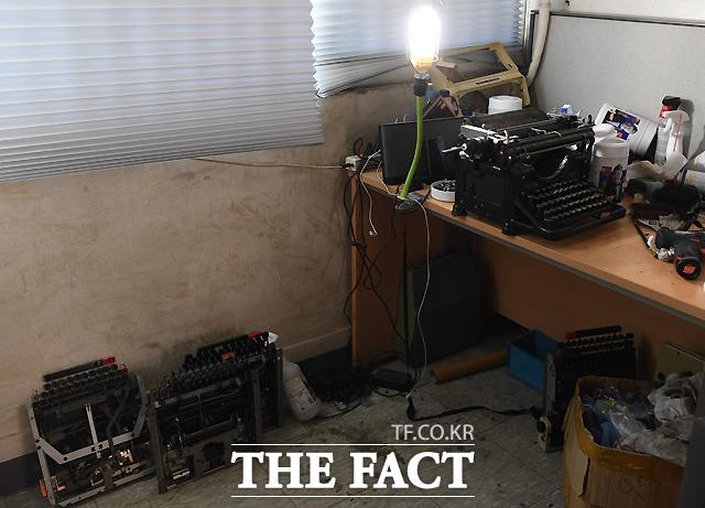 작업실 곳곳에 놓인 분해된 타자기, 그가 뜯어보고 익히며 고장낸 타자기만 해도 100여대에 달한다.