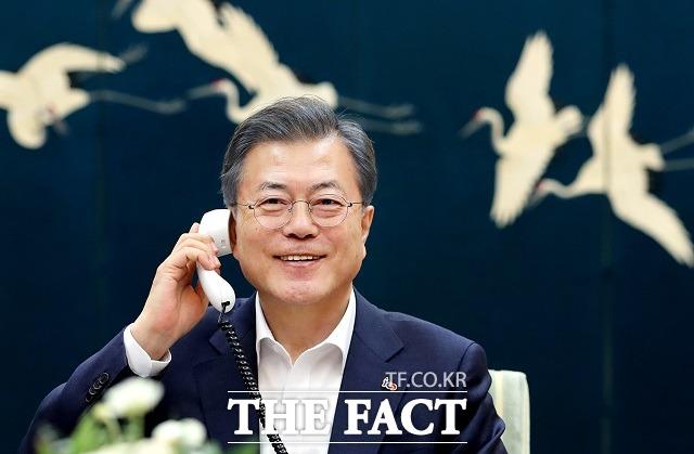 문재인 대통령이 19일 오후 청와대 관저 소회의실에서 도널드 트럼프 미국 대통령과 전화통화를 하고 있다. /청와대 제공