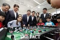 [TF포토] 초등생들과 함께 동심으로 돌아간 문재인 대통령