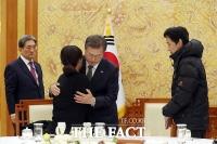 [TF포토] 고 김용균 씨 유가족 만난 문재인 대통령