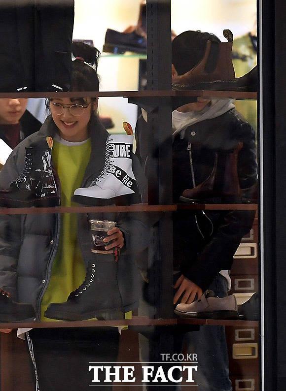 기대되는 푸껫여행~ 뭘 살까? 김보라 조병규가 다른 사람의 시선에 아랑곳하지 않고 쇼핑을 즐기고 있다.