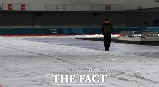 경기장 관계자가 빙판 상태를 살펴보고 있다.
