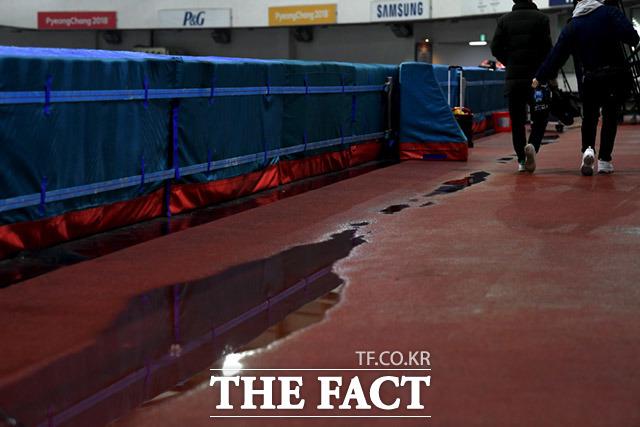 경기장 곳곳에 물이 고여있다.