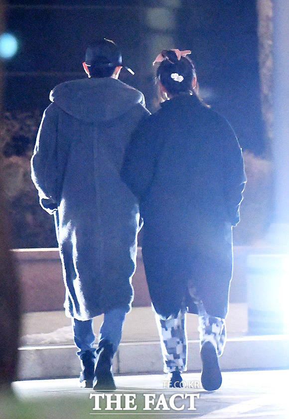 함께 있으면 한파도 무섭지 않아 배우 조병규(왼쪽)와 김보라가 지난 15일, 서울 강남 부근의 공원에서 다정하게 팔짱을 낀 채 산책 데이트를 즐기고 있다.