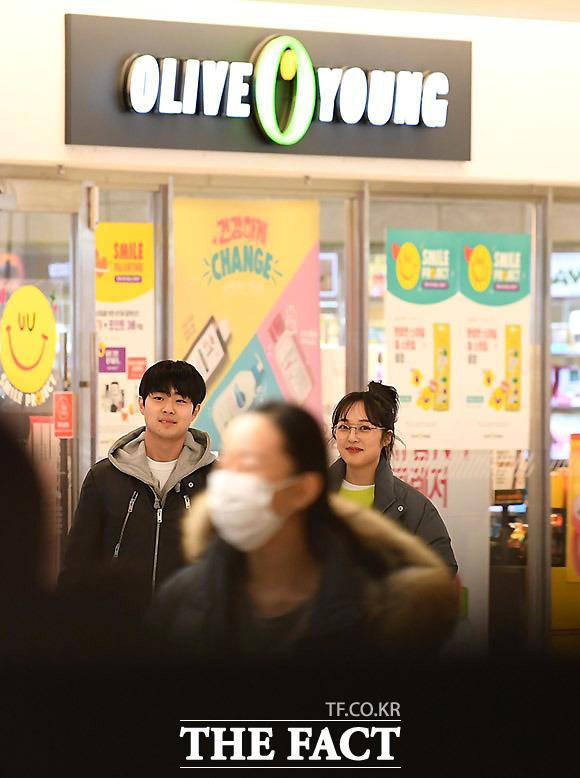 쇼핑은 즐거워 줄곧 열애 사실을 부인했던 두 사람이지만, 지난 8일 <더팩트>가 포착한 조병규 김보라는 달콤한 분위기를 풍기며 데이트를 즐겼다.