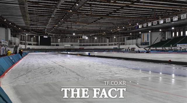천장 누수로 인해 빙판에 비닐이 임시로 덮여 있다.