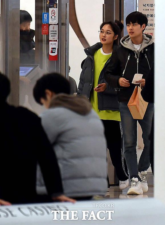 연상연하 귀여운 커플의 쇼핑 데이트 JTBC 드라마 SKY캐슬에 출연한 배우 김보라 조병규가 태국 포상휴가에 앞서 쇼핑을 하며 달콤한 데이트를 즐기고 있다. /남용희·임세준 기자