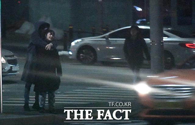 백허그.로맨틱. 성공적 15일 오후 배우 김보라와 조병규가 서울 강남구 역삼동의 한 식당에서 식사를 마친 뒤 조병규의 집으로 걸어가고 있다. /임세준 기자