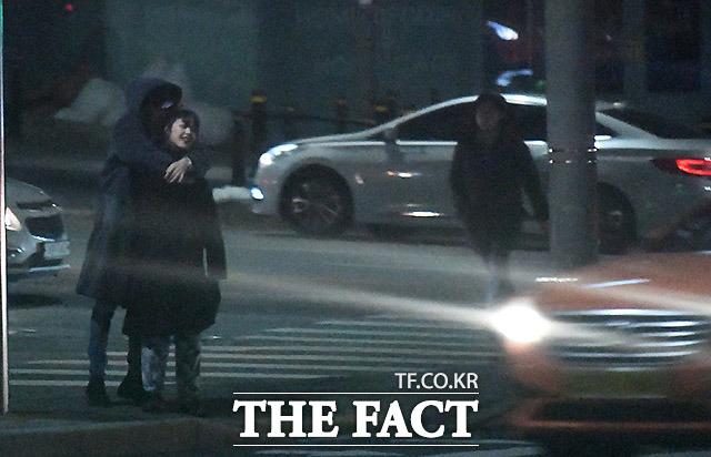 2월 15일 오후 배우 김보라와 조병규가 서울 강남구 역삼동의 한 식당에서 식사를 마친 뒤 조병규의 집으로 걸어가고 있다. /임세준 기자