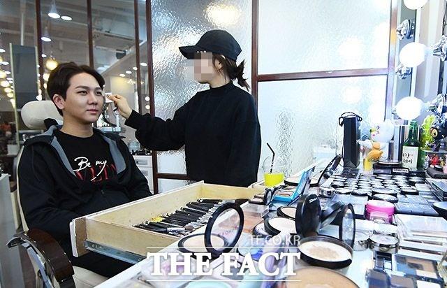 예쁘게 부탁드려요 트로트 가수 김수찬이 21일 샵에서 메이크업을 받고 있다. 이날 김수찬은 Mnet 엠카운트다운에 출연해 사랑의 해결사 무대를 펼쳤다. /이동률 기자