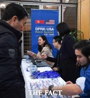 [TF포토] '국제프레스센터 출입증 발급하는 베트남 외교부'