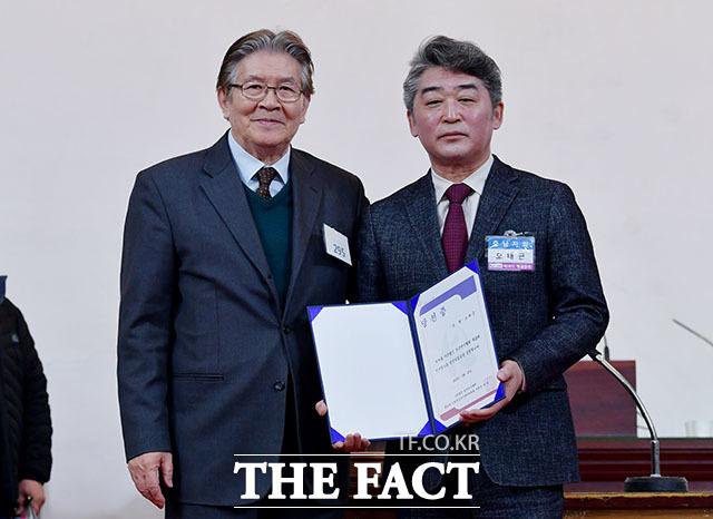 한국연극협회 제58차 정기총회 및 제26대 이사장 선거가 25일 오후 서울 종로구 삼일대로 수운회관에서 열린 가운데 오태근 신임 이사장(오른쪽)과 박웅 선거관리위원장이 기념사진을 찍고 있다. /이덕인 기자