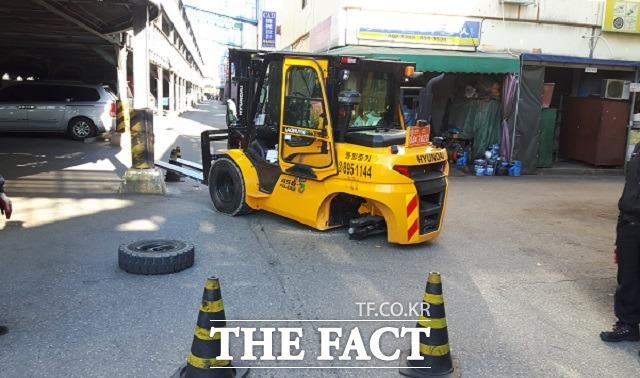 지게차 임대업체 대표 장 모씨는 지난해 11월 17일 시흥산업용재유통센터에서 현대건설기계의 지게차(사진) 운전 중 사고를 당해 목숨을 잃었다. 사진은 사고 직후 지게차 왼쪽 바퀴가 빠져있는 모습. /유족 제공