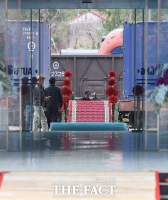 [TF포토] '레드카펫에 꽃장식까지'…하차장 설치로 분주한 동당역