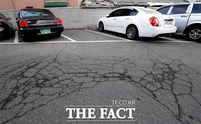 지상 주차장은 균열이 없는 곳을 찾기가 힘들었다. 주민의 말에 따르면 사이드 브레이크를 채우지 않은 자동차가 저절로 움직이기도 한다.