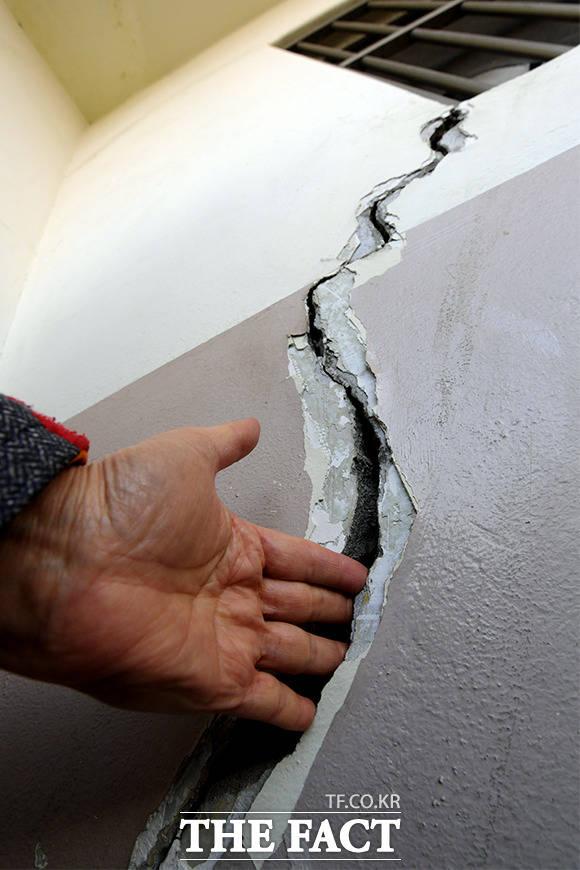 1동 11층 외벽에는 손가락이 들어갈 정도로 깊은 균열이 생겼다.