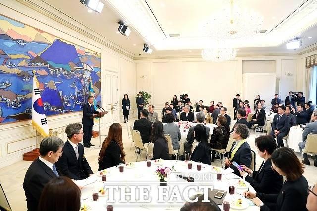 문재인 대통령이 26일 청와대 본관에서 열린 제8기 국민추천포상 수상자 환담에서 모두발언하고 있다. /청와대 제공