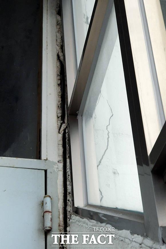 창문 안팎으로 선명한 틈새