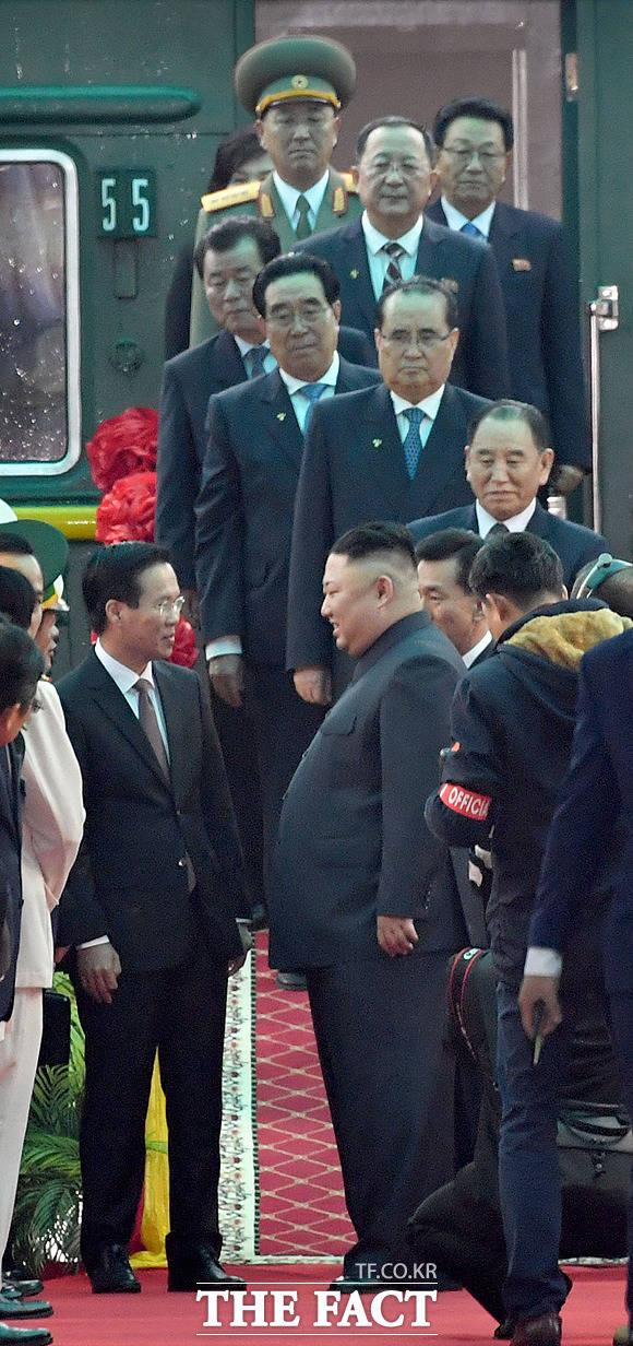김정은 위원장 뒤쪽으로 줄을 선 북측 관계자들