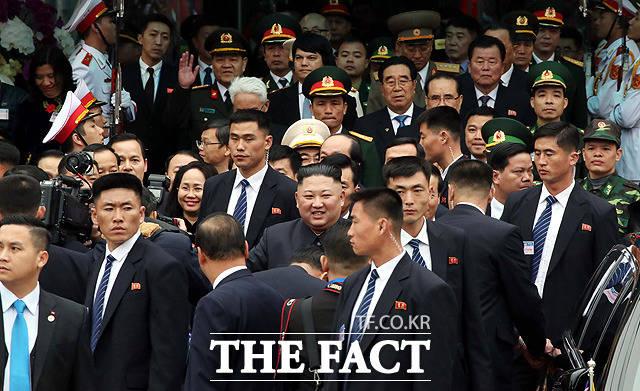 차량으로 이동하는 김정은 위원장