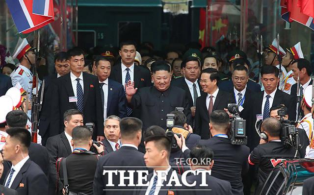 북미정상회담을 하루 앞둔 26일 김정은 북한 국무위원장이 중국과 접경지역인 베트남 량선성 동당역에 도착한 뒤 손을 흔들며 차량으로 이동하고 있다. / 량선성(베트남)=임세준 기자