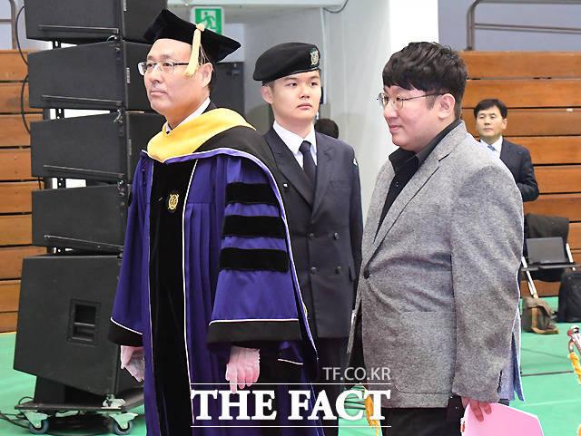 오세정 서울대 총장과 나란히 입장하는 방시혁 빅히트엔터테인먼트 대표(오른쪽)