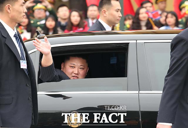 차량에서 환영 인파를 향해 손 흔드는 김정은 위원장