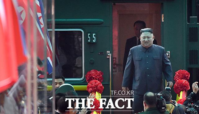 특별열차에서 내리는 김정은 위원장