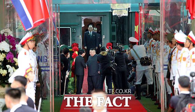 베트남 관계자들과 인사하는 김정은 위원장