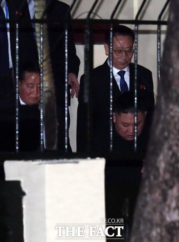 방문 마치고 수행원들과 떠나는 김정은 위원장