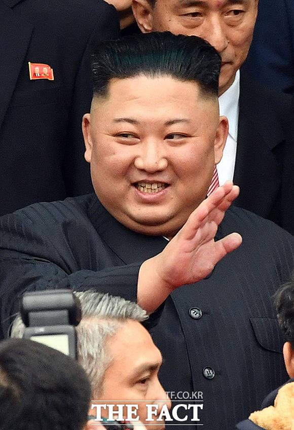 환영 인파에 일일이 손인사 하는 김정은 위원장