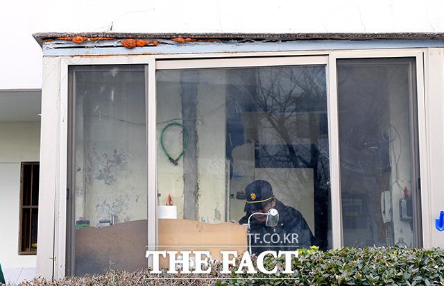 삼두 아파트 2동 경비실의 모습. 왼쪽 지반에 침하가 일어나 창문과 천장이 점점 벌어지고 있다.