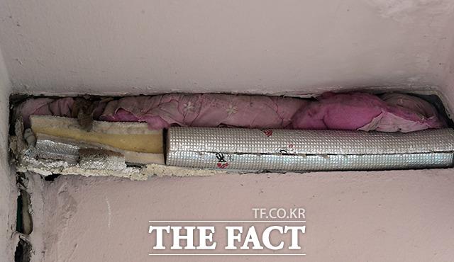 경비실의 빈 공간은 솜이불과 보온재를 이용해 막아놓은 상태다.